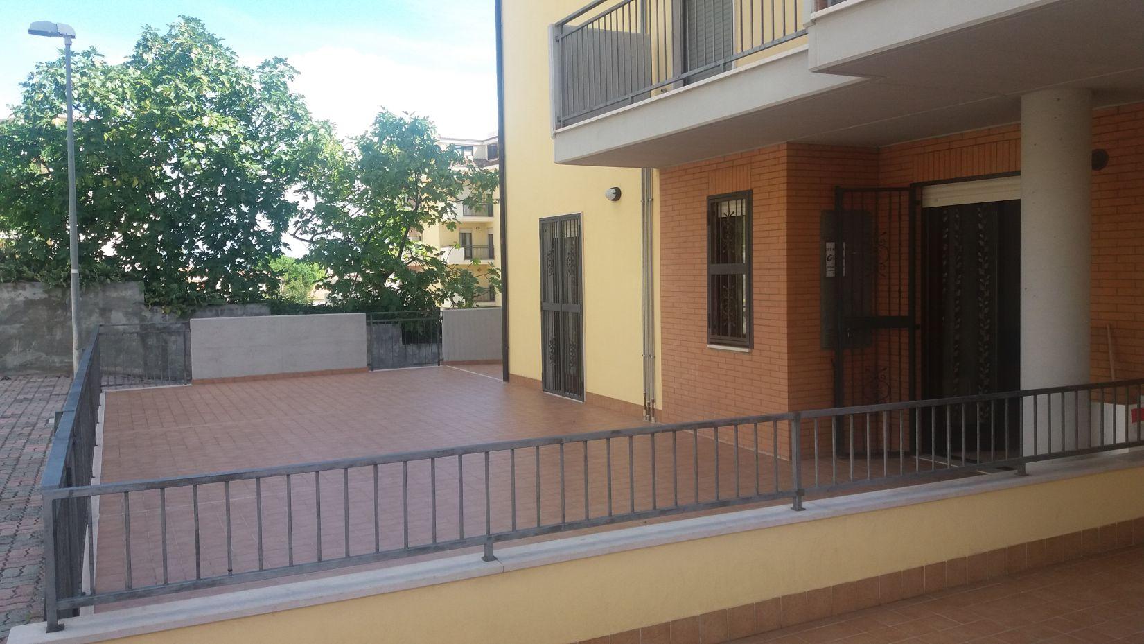 Appartamento con terrazzo vasto rif 732 casa facile for Piani di casa con appartamento suocera